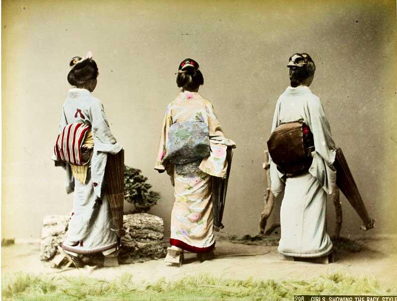 Kusakabe_Kimbei_-_298_Girls_showing_the_back_style