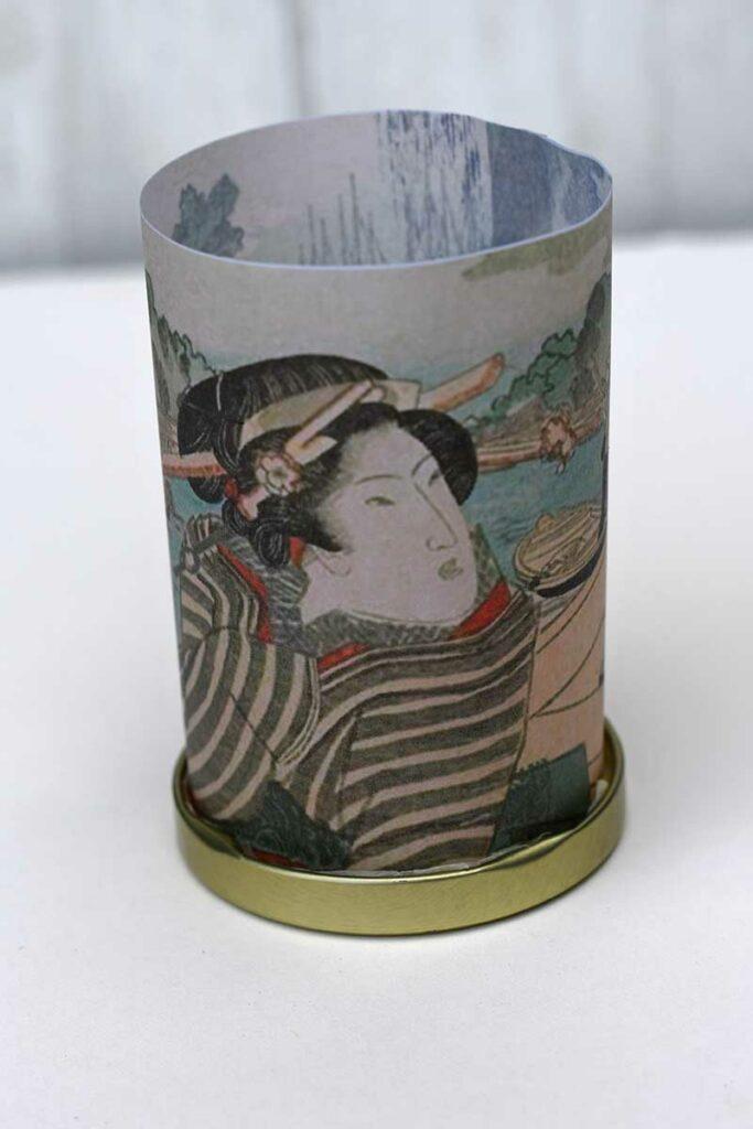 Placing lantern in lid